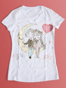 طرح تی شرت ولنتاین PSD لایه باز دختر و پسر کارتونی روی ماه