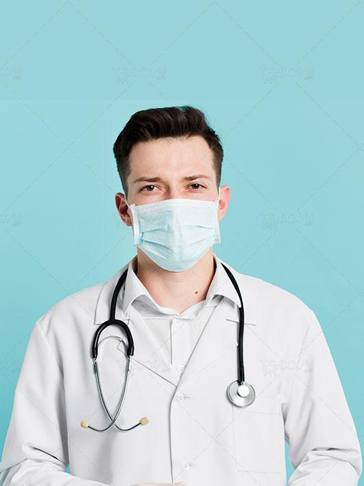 عکس دکتر با ماسک پزشکی